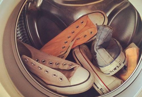 0889b6662 Как вручную отстирать кроссовки: как правильно стирать белые ...