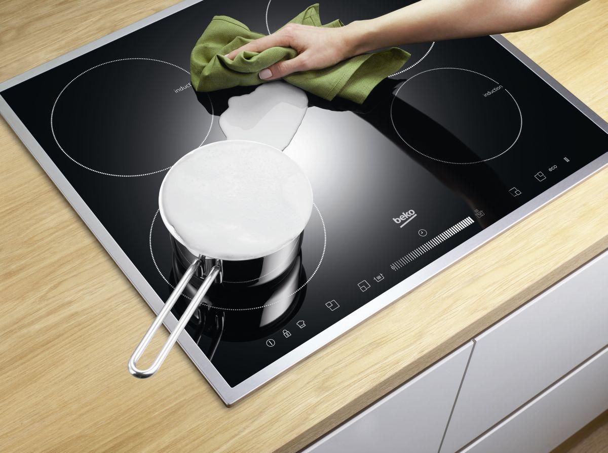 Как очистить индукционную плиту: отмываем варочную панель