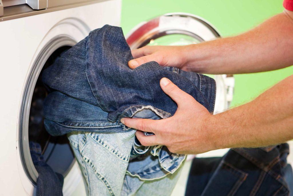 положить сухие вещи в стиральную машину