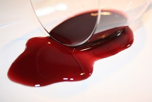Чем стирать пятно от вина