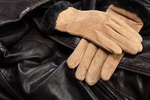 Чистка замшевых перчаток и головных уборов