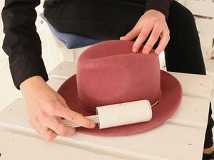 На фото: сухая чистка шляпы из фетра