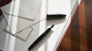 Ручка на обоях