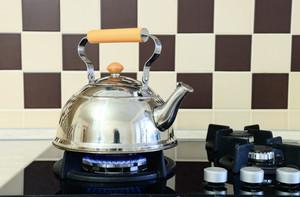 Очистить чайник от накипи содой.