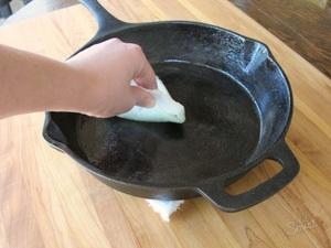Как прокалить сковороду на огне