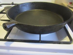 Прокаливание чугунной сковороды на огне